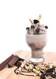 Plätzchen und Sahnemilchshake (Schokolade Smoothie) auf einer Weißrückseite Stockbilder