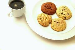 Plätzchenauswahl auf Platte mit Kaffee Stockbild