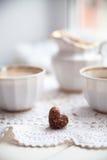 Plätzchenherz, helle Schalen und Milchkrug, Valentinsgrußtag, Liebe, L Lizenzfreies Stockbild