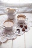 Plätzchenherz, helle Schalen und Milchkrug, Valentinsgrußtag, Liebe, L Lizenzfreie Stockbilder