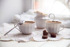 Plätzchenherz, helle Schalen und Milchkrug, Valentinsgrußtag, Liebe, L Stockfoto