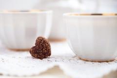 Plätzchenherz, helle Schalen und Milchkrug, Valentinsgrußtag, Liebe, L Stockbilder