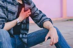 Plågor för bröstkorg för man` s band för mått för äpplebegreppshälsa Royaltyfri Bild