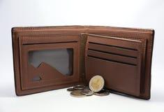 Plånbok - handväska med pengar (den thailändska bahten) arkivfoton