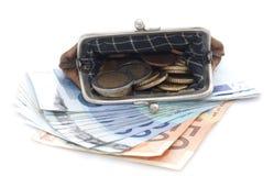 Plånbok med euromynt och sedlar på vit bakgrund Royaltyfri Bild