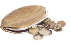 Plånbok med mynt för några euro som isoleras på vit Arkivfoto