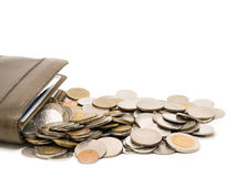 Plånbok med mynt i vit bakgrund Royaltyfri Foto