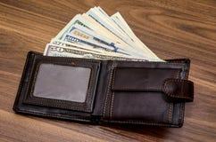 Plånbok med oss dollarräkningar Arkivbilder