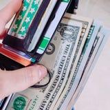 Plånbok med sedlar Arkivbilder