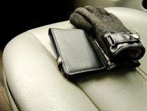 Plånbok och handskar på Front Seat Royaltyfria Foton