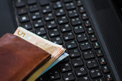 Plånbok och pengar på tangentbordet Royaltyfri Fotografi
