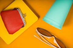 Plånbok på en notepad, exponeringsglas, exponeringsglas på en gul bakgrund för popkonst Royaltyfria Foton