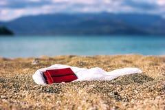 Plånbok på sand Fotografering för Bildbyråer