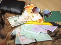 Plånbok, solglasögon och kassa royaltyfria foton