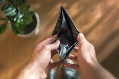 Plånbok utan pengar Var fullständigt fri av pengar Royaltyfri Fotografi