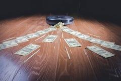 Plånboken öppnas av båda handen i vit bakgrund och grundar inga pengar royaltyfri foto