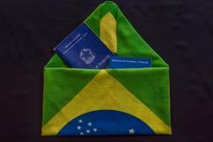 Plånboken av arbete inom bokstaven bildade vid flaggan av brazien Arkivfoto