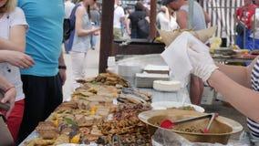 Plånboken i händer av köparen på marknaden, målmässa på gatan, folkbuys kastar näring i snabbmatetableringen, handel lager videofilmer