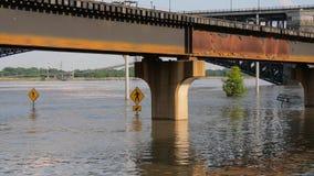 Pléthore de marée haute du fleuve Mississippi dans le Saint Louis - Saint Louis, Etats-Unis - 18 juin 2019 clips vidéos