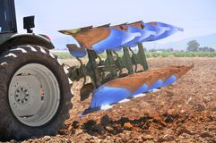 plöja den vändbara traktoren Royaltyfria Bilder