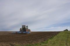 Plöja fält för traktor Arkivbild