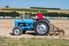 Plöja för traktor för gammal fordson dexter arkivbilder