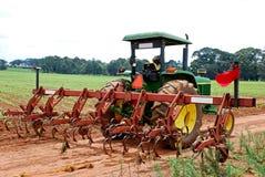 plöja traktoren Royaltyfria Bilder