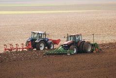 plöja traktorer för fält Arkivfoto