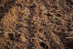 Plöjt fält, övre för jord nära jordbruks- bakgrund Arkivfoton