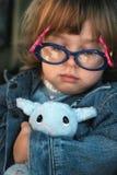 Plüsch-Lamm-Spielzeug u. Mädchen Stockfoto