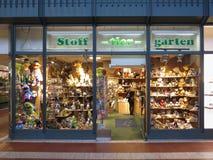 Plüschspielwarenspeicher mit Plüschtieren auf Anzeige in Hamburg Lizenzfreie Stockbilder