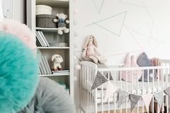 Plüschspielzeug auf Baby ` s Bett Stockfotografie