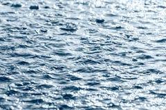Pöl och vatten skvalpar efter hällregn Arkivbilder