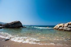 Plaża, kamienie, morze, piasek Zaciszność wakacje wodą obrazy stock