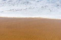 Plażowy denny piasek z miękką falą kipiel zdjęcie royalty free