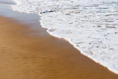 Plażowy denny piasek z miękką falą kipiel zdjęcia stock