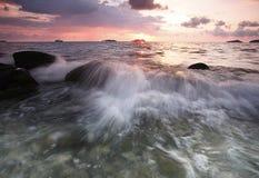 Plaż skały i silne fala fotografia royalty free