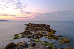 Plaż skały przy zmierzchem Fotografia Royalty Free