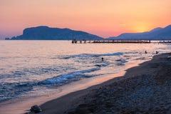 Plaża Alanya przy zmierzchem, Turcja Przy tła Alanya półwysepem Obraz Royalty Free