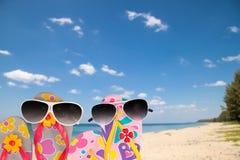 plaża buty z okularami przeciwsłonecznymi na tropikalnym morza i nieba tle Zdjęcie Royalty Free