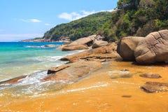 Plaża dryluje przejrzystą denną wyspę Ilha Grande, Brazylia Fotografia Royalty Free