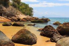 Plaża dryluje przejrzystą denną wyspę Ilha Uroczysty Brazylia Zdjęcia Royalty Free