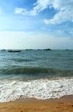 Plaża, fala i łódź Zdjęcia Royalty Free