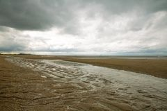 Plaża Houlgate w Normandie z chmurnym niebem i wodą na piasku 4 Obraz Stock