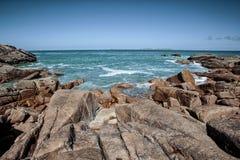 Plaża i kamienie przy Różowym granitu wybrzeżem w Brittany Francja Obrazy Royalty Free