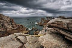 Plaża i kamienie przy Różowym granitu wybrzeżem w Brittany Francja Fotografia Stock