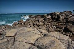 Plaża i kamienie przy Różowym granitu wybrzeżem w Brittany Francja Obrazy Stock