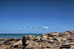 Plaża i kamienie przy Różowym granitu wybrzeżem w Brittany Francja Fotografia Royalty Free