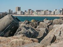 Plaża i miasto Povoa De Varzim w Portugalia Niski kąt strzelający z falochronem w przedpolu zdjęcie stock