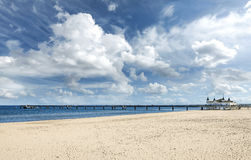 Plaża i molo w pięknym słonecznym dniu Zdjęcia Royalty Free